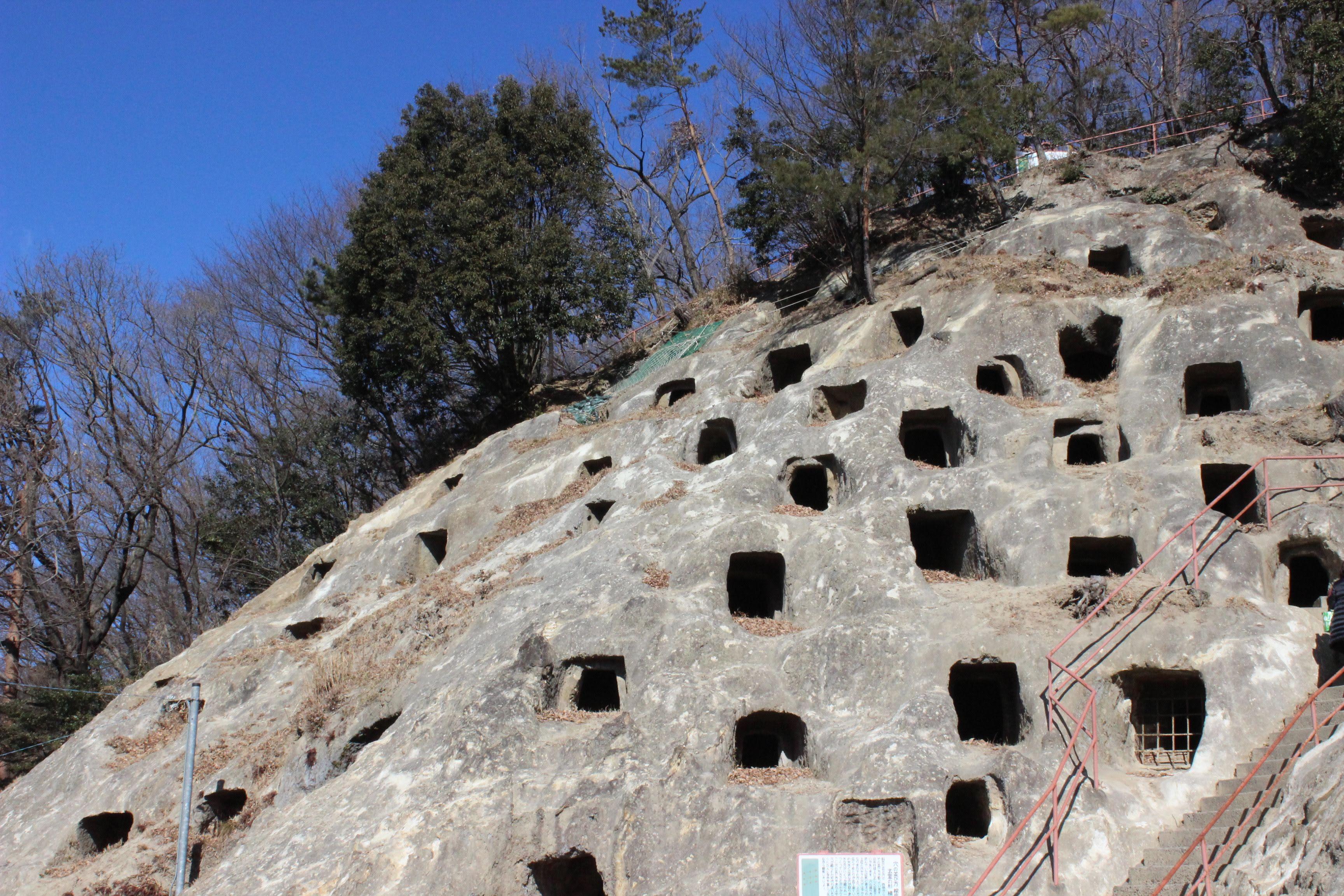 吉見百穴は遺跡と軍事工場の2つの顔をもつ異色の観光地   チエチエふぁーむ